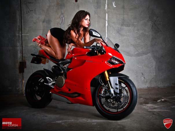 Άνδρες ποζάρουν με μοτοσυκλέτες σαν μοντέλα (10)