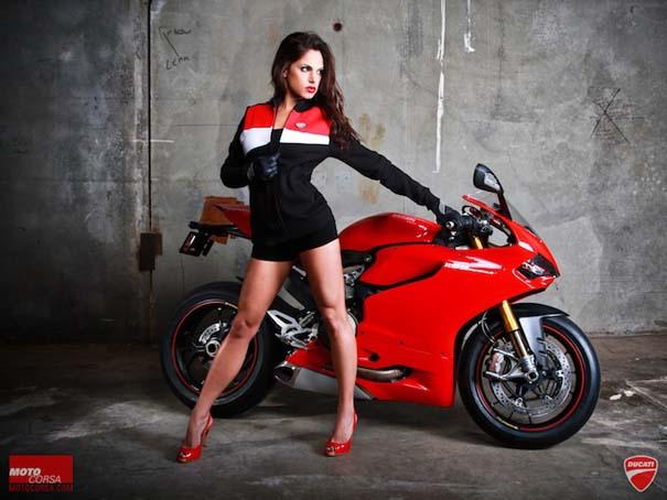 Άνδρες ποζάρουν με μοτοσυκλέτες σαν μοντέλα (14)