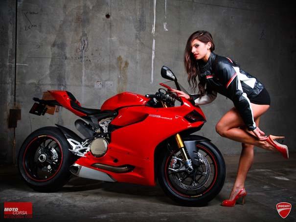 Άνδρες ποζάρουν με μοτοσυκλέτες σαν μοντέλα (16)