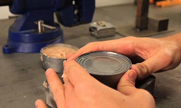 Πως να ανοίξετε μια κονσέρβα με τα χέρια σας
