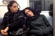 Απίθανες αντιδράσεις επιβατών του μετρό, όταν μια άγνωστη κοιμάται στον ώμο τους (5)