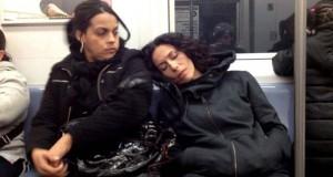 Απίθανες αντιδράσεις επιβατών του μετρό, όταν μια άγνωστη κοιμάται στον ώμο τους