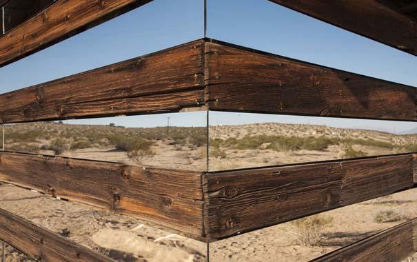 Ένα φαινομενικά «διάφανο» σπίτι στην έρημο (4)