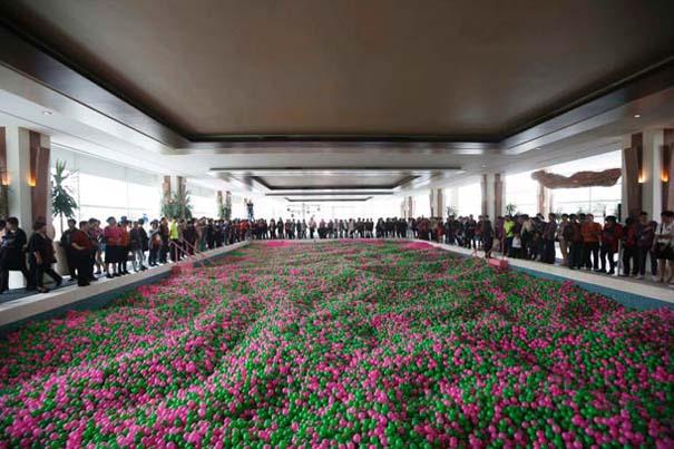Η μεγαλύτερη πισίνα γεμάτη με μπαλάκια στον κόσμο (1)