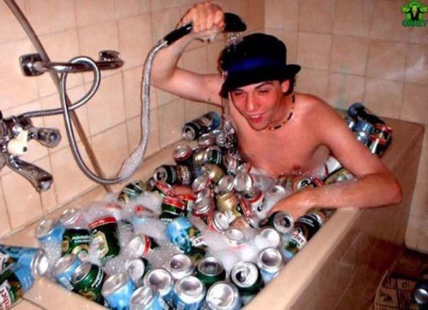 Άνθρωποι που κάνουν μπάνιο σε παράξενα πράγματα (7)