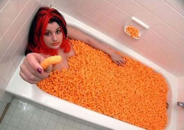 Άνθρωποι που κάνουν μπάνιο σε παράξενα πράγματα (16)