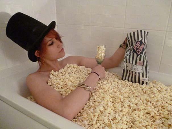 Άνθρωποι που κάνουν μπάνιο σε παράξενα πράγματα (31)