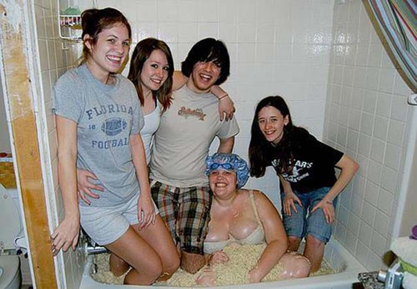 Άνθρωποι που κάνουν μπάνιο σε παράξενα πράγματα (35)