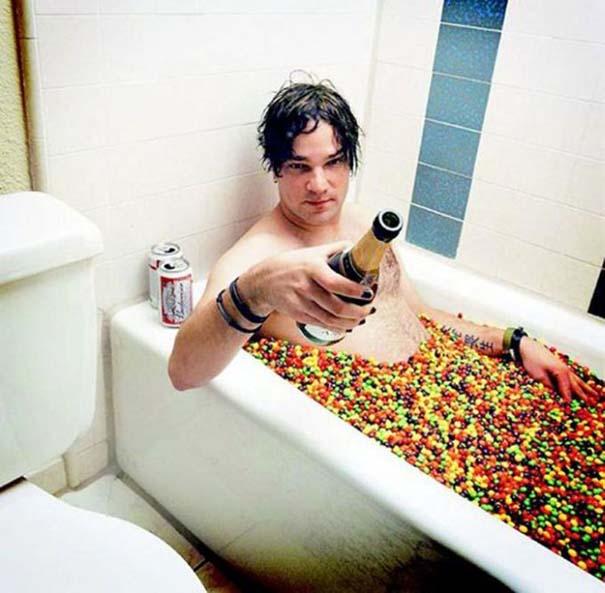 Άνθρωποι που κάνουν μπάνιο σε παράξενα πράγματα (36)
