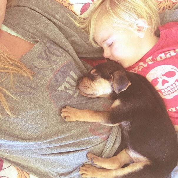 Μωρό κοιμάται με το 2 μηνών κουτάβι του κάθε μέρα (1)