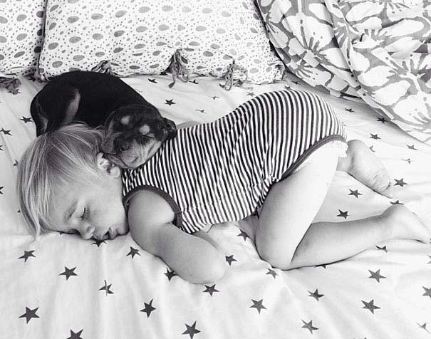 Μωρό κοιμάται με το 2 μηνών κουτάβι του κάθε μέρα (5)