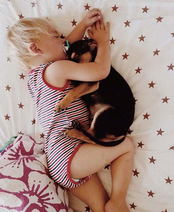Μωρό κοιμάται με το 2 μηνών κουτάβι του κάθε μέρα (6)