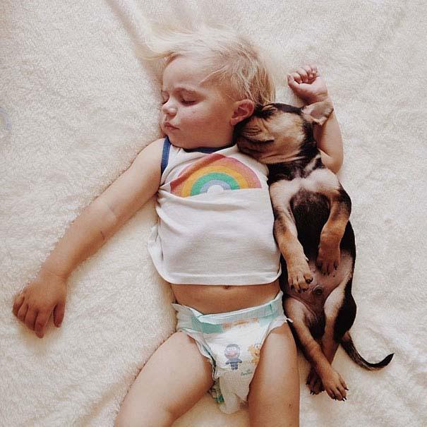 Μωρό κοιμάται με το 2 μηνών κουτάβι του κάθε μέρα (7)