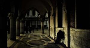 Μυστηριώδεις φωτογραφίες της Βενετίας στο σκοτάδι