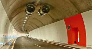 Το ασυνήθιστο όχημα που καθαρίζει τούνελ στην Ελβετία