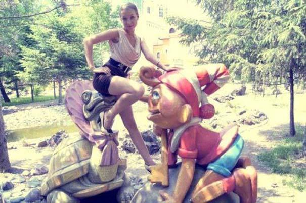 Ποζάροντας με αγάλματα (15)
