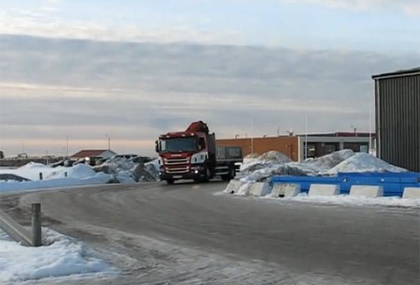 Απίστευτη μανούβρα φορτηγού σε παγωμένο δρόμο