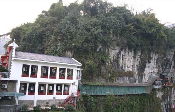 Κινέζικο εστιατόριο κρέμεται πάνω από τον γκρεμό (1)