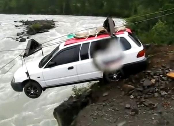 Δείτε πως διασχίζουν τα αυτοκίνητα τα ποτάμια στη Σιβηρία