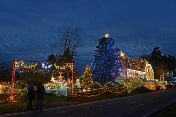 Στόλισε το σπίτι του με 450.000 χριστουγεννιάτικα λαμπάκια (1)