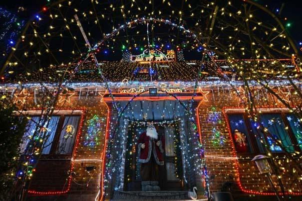 Στόλισε το σπίτι του με 450.000 χριστουγεννιάτικα λαμπάκια (5)
