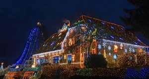 Στόλισε το σπίτι του με 450.000 χριστουγεννιάτικα λαμπάκια