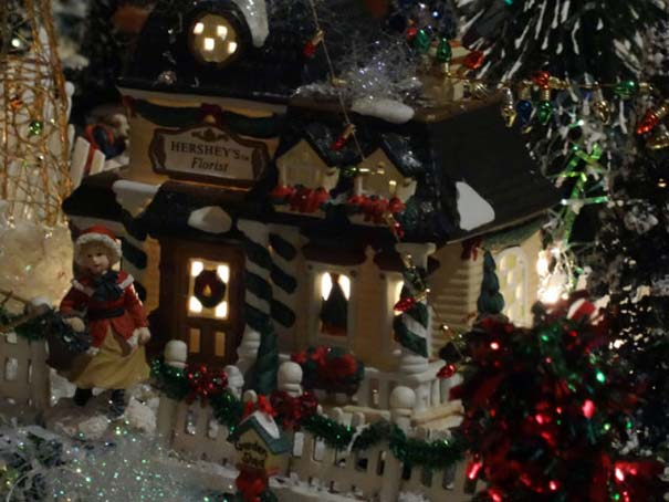 Στολίζοντας ένα ολόκληρο χριστουγεννιάτικο χωριό μέσα σε ένα δωμάτιο (27)