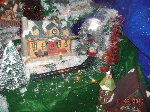 Στολίζοντας ένα ολόκληρο χριστουγεννιάτικο χωριό μέσα σε ένα δωμάτιο (7)