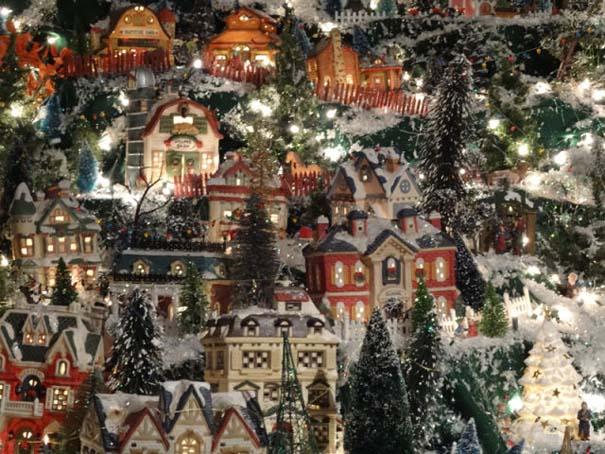 Στολίζοντας ένα ολόκληρο χριστουγεννιάτικο χωριό μέσα σε ένα δωμάτιο (21)