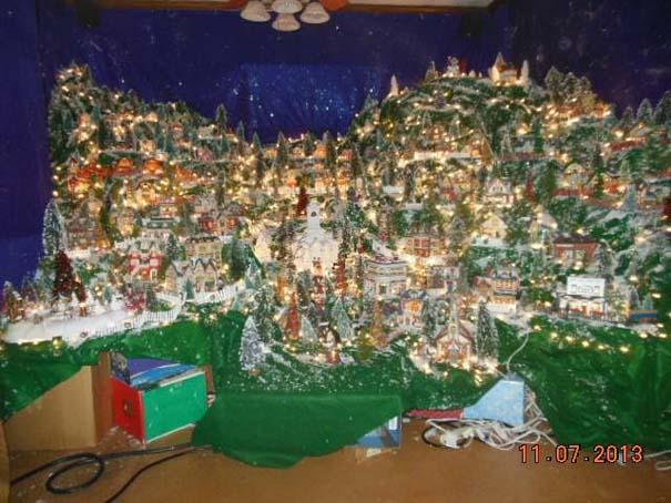 Στολίζοντας ένα ολόκληρο χριστουγεννιάτικο χωριό μέσα σε ένα δωμάτιο (9)