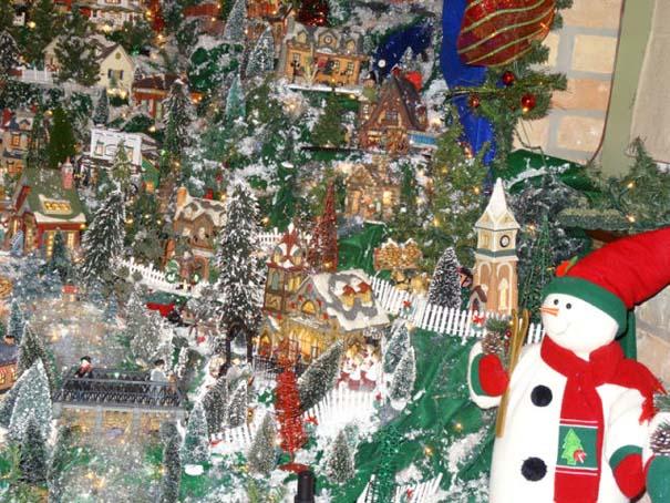 Στολίζοντας ένα ολόκληρο χριστουγεννιάτικο χωριό μέσα σε ένα δωμάτιο (19)