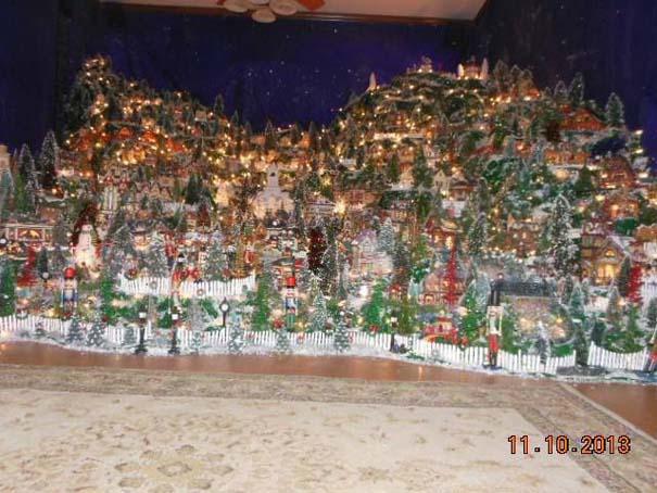 Στολίζοντας ένα ολόκληρο χριστουγεννιάτικο χωριό μέσα σε ένα δωμάτιο (12)