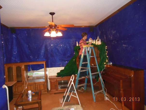Στολίζοντας ένα ολόκληρο χριστουγεννιάτικο χωριό μέσα σε ένα δωμάτιο (2)