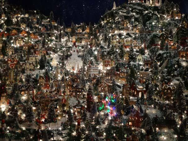 Στολίζοντας ένα ολόκληρο χριστουγεννιάτικο χωριό μέσα σε ένα δωμάτιο (23)