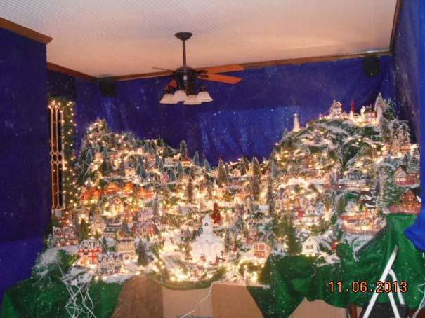 Στολίζοντας ένα ολόκληρο χριστουγεννιάτικο χωριό μέσα σε ένα δωμάτιο (5)