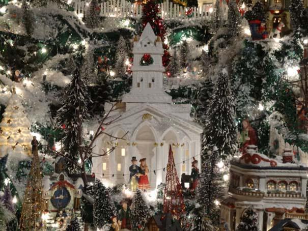 Στολίζοντας ένα ολόκληρο χριστουγεννιάτικο χωριό μέσα σε ένα δωμάτιο (24)