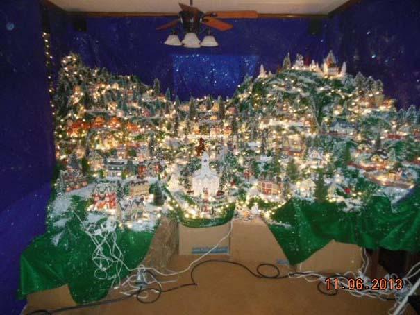 Στολίζοντας ένα ολόκληρο χριστουγεννιάτικο χωριό μέσα σε ένα δωμάτιο (6)