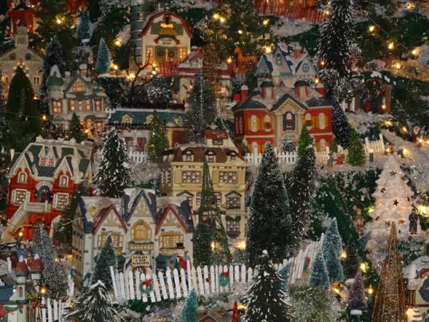 Στολίζοντας ένα ολόκληρο χριστουγεννιάτικο χωριό μέσα σε ένα δωμάτιο (22)