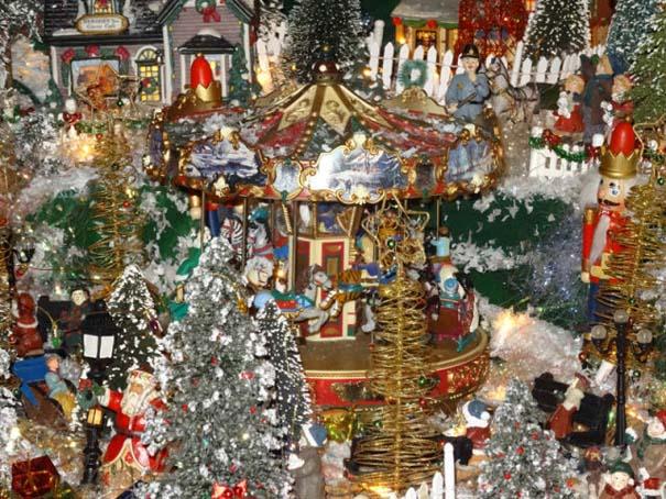 Στολίζοντας ένα ολόκληρο χριστουγεννιάτικο χωριό μέσα σε ένα δωμάτιο (20)