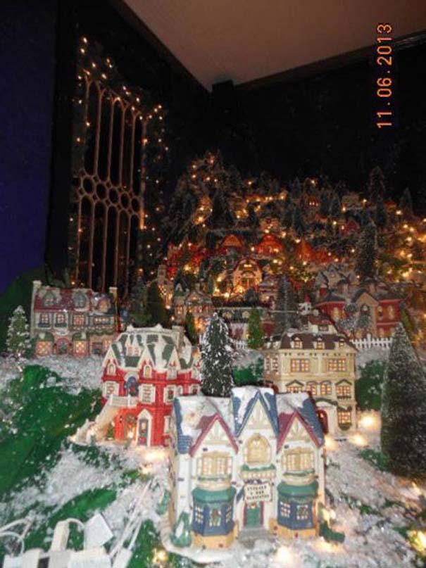 Στολίζοντας ένα ολόκληρο χριστουγεννιάτικο χωριό μέσα σε ένα δωμάτιο (13)