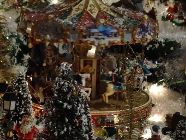 Στολίζοντας ένα ολόκληρο χριστουγεννιάτικο χωριό μέσα σε ένα δωμάτιο (25)