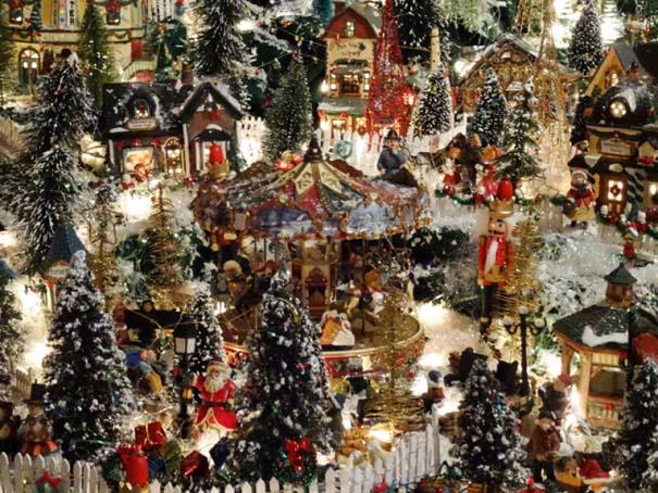 Στολίζοντας ένα ολόκληρο χριστουγεννιάτικο χωριό μέσα σε ένα δωμάτιο (26)