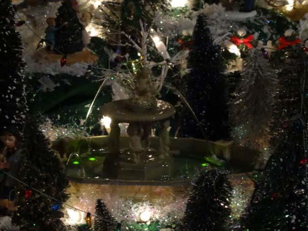 Στολίζοντας ένα ολόκληρο χριστουγεννιάτικο χωριό μέσα σε ένα δωμάτιο (28)