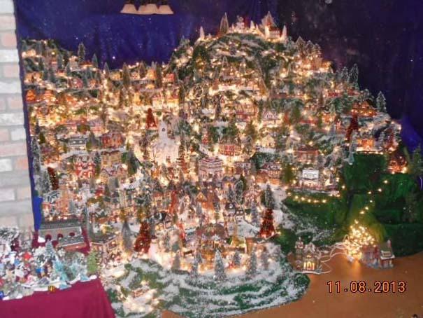 Στολίζοντας ένα ολόκληρο χριστουγεννιάτικο χωριό μέσα σε ένα δωμάτιο (10)