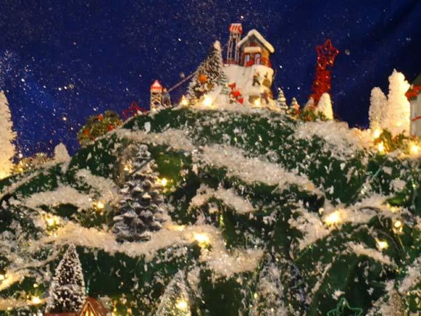 Στολίζοντας ένα ολόκληρο χριστουγεννιάτικο χωριό μέσα σε ένα δωμάτιο (18)