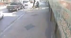 Δύο κλέφτες με μοτοσυκλέτα τα έβαλαν με τον λάθος άνθρωπο (Video)