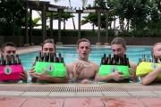 5 τύποι και πολλά άδεια μπουκάλια μπύρας