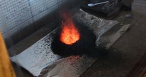 Ανάμειξη δύο χημικών ενώσεων δημιουργεί ένα μικρό ηφαίστειο (Video)