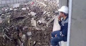Ανάβοντας τσιγάρο με έναν εκσκαφέα (Video)