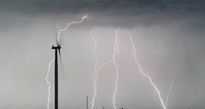 Ανεμογεννήτρια κατά τη διάρκεια καταιγίδας (Video)